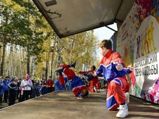 Для участников акции выступили юные танцоры