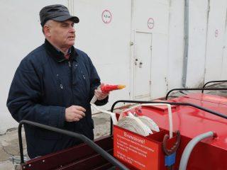 Старший преподаватель учебно-методического центра Константин Новик-Качан показывает преимущества универсального пожарно-спасательного комплекса, разработанного специалистами СФУ.