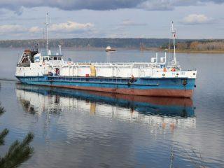 Красноярские нефтяники завершают поставки топлива в северные территории региона. Последние в нынешнюю навигацию суда  швартуются у далеких заполярных  причалов