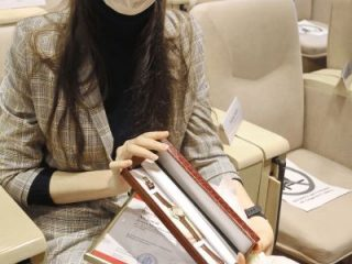Особые поздравления и подарок глава региона адресовал Аните Ходовой, которая сегодня отмечает день рождения