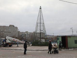 В Красноярске вовсю идет монтаж новогодних елок