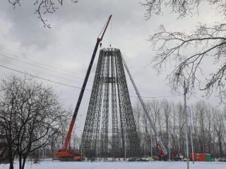 В Татышев-парке ель – самая высокая в стране. 55-метровую конструкцию быстро не смонтируешь, но основа уже близка к завершению
