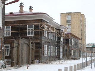 Между домами появились большие красивые ворота с резными элементами. Вид ворот воссоздавали по архивным документам, так как оригиналы были давно уничтожены