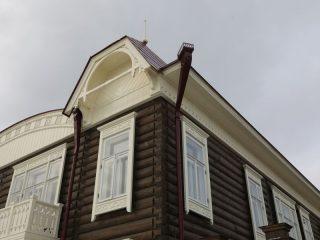 Отреставрированы фасады и крыши, окна, резные карнизы, созданы водостоки