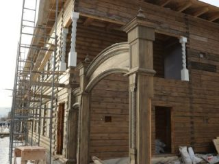 В одном из домов на втором этаже появились исторические витые колонны