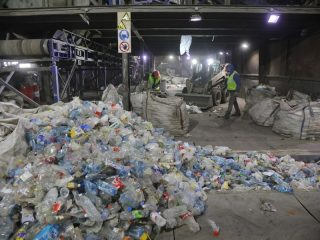 Отдельно собираются пластиковые бутылки белого и голубого цветов, зеленого – в другую партию. Здесь же из бытового мусора отбирают использованные медицинские маски. Их уничтожают
