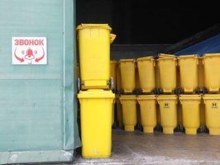 Медицинские отходы, среди которых костюмы и маски, использованные в работе с больными коронавирусом, поступают на пункт утилизации в специальных контейнерах