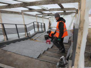 Сейчас завершается строительство амфитеатра, большой террасы у воды, навеса для проката инвентаря, а также обустройство пандуса в районе дома № 175 по ул. Судостроительной