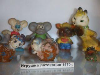 В небольшом заводском музее хранятся «резиновые» игрушки со свистулькой – раньше они здесь выпускались в большом ассортименте и были в каждом советском доме, где есть дети