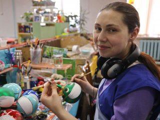Первое и самое большое удивление на фабрике игрушек «Бирюсинка»: все (абсолютно все!) елочные игрушки здесь расписываются вручную. Нет ни штампов, ни трафаретов, ни, тем более, механизированных линий – только кисти, краски и руки мастера-художника