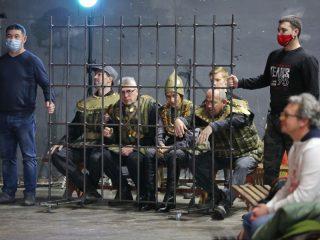 Опера Бородина - это фарс на тему русского лжебогатырства. Все они здесь – за решеткой