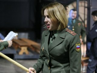 Солистка Дарья Рябинко тоже играет офицера, служащего в местах заключения