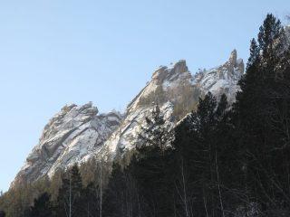 На бывшем карьере вот уже пять лет соревнуются альпинисты. Чтобы испытания были не только зрелищными, но и максимально трудными, зимой они намораживают на скалах искусственный лед