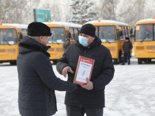 Губернатор Александр Усс вручил главам городов и районов края сертификаты от новых школьных автобусов и внедорожников для медиков