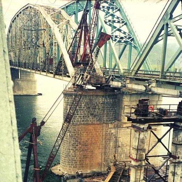На фото: демонтаж старого железнодорожного моста через Енисей. Май 2003 года (Архивы Красноярского края)