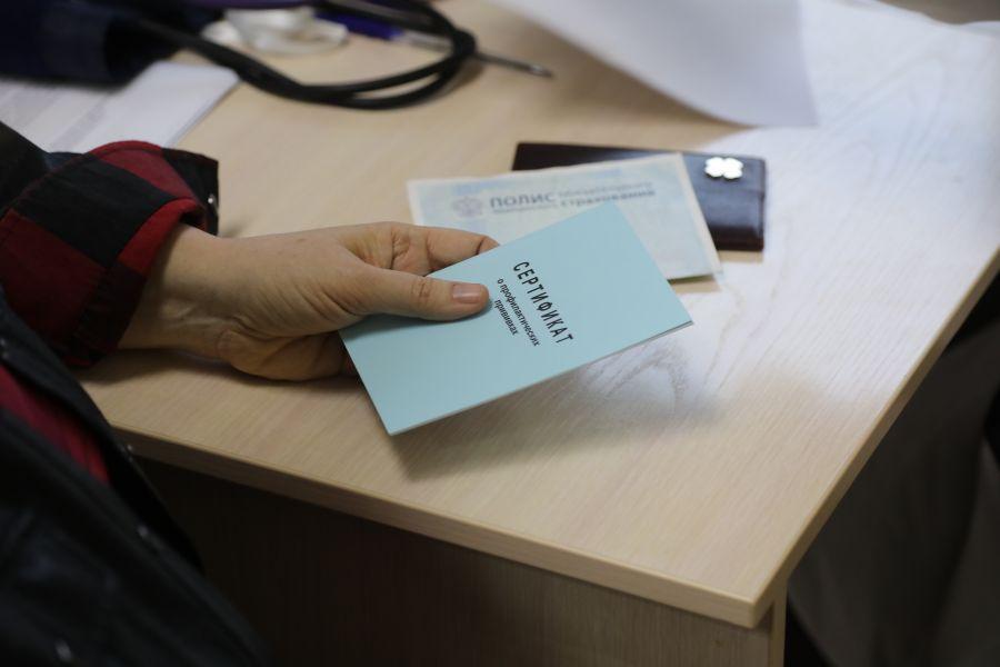 Медсестра и фельдшер в Ачинске продали сертификат о вакцинации за ₽3 тысячи