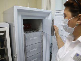 Морозильник  - очень дорогостоящее оборудование, есть не у каждой поликлиники