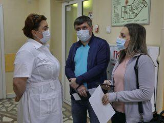 Главная медицинская сестра Наталья Астафьева рассказывает, что после вакцинации чувствует себя хорошо