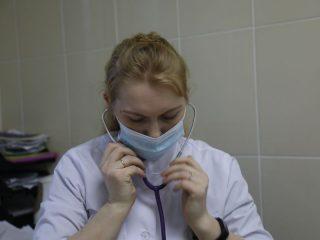 Время уже пятый час, а прием пациентов на вакцинацию еще идет