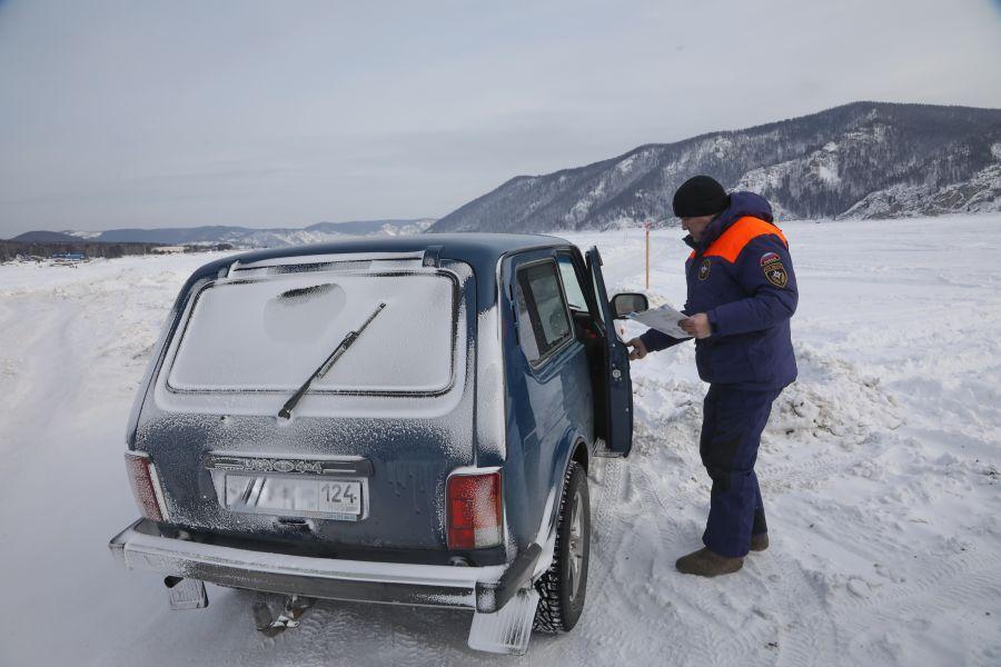 Дорожные полицейские не рекомендуют красноярцам спешить со сменой зимних шин на летние