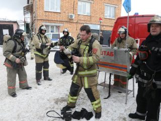 Пожару сразу присвоен повышенный ранг опасности – № 2. На место направлены 15 единиц техники, примерно 48 человек личного состава