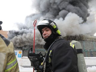 На улице Калинина в Красноярске загорелось здание 60/1, пожар начался со складских помещений компании «Автотрейд», сообщили в краевом главке МЧС