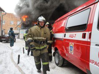 - Уже при подъезде к месту вызова был виден густой черный дым, по предварительным данным, внутри мог находиться человек, - рассказали о начале работы пожарных в пресс-службе краевого главка МЧС