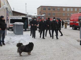 Трое сотрудников пожарно-спасательной службы зашли в помещение для поиска человека, который, по информации свидетелей, мог находиться внутри, и спустя некоторое время перестали выходить на связь