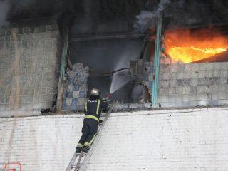 Объявлен ранг пожара № 3. Площадь пожара возросла до 3500 кв. метров. Развернуто три боевых участка, работают пять звеньев газодымозащитной службы на проверку наличия на складе людей