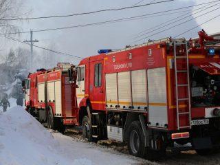 В связи с плотной застройкой Николаевки и угрозой расположенным рядом деревянным жилым домам, на тушение были направлены 4 расчета