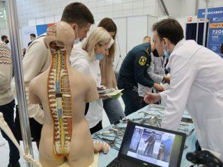 Медицинский колледж и университет представили все направления обучения: школьники могли подержать в руках все виды хирургических инструментов, вырывать зубы и пеленать младенцев