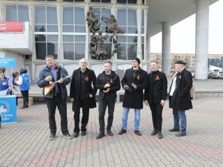 Участники акции с удовольствием подпевали музыкантам группы «Яхонт»…