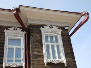 В доме, который обладает статусом объекта культурного наследия никаких пластиковых окон быть не должно - только из дерева, такие же, как и сто лет назад