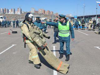 Пожарные в полном оснащении проходили полосу испытаний