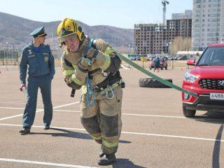 Участники продемонстрировали свою подготовку, тянув автомобили, поднимая штанги, гири разного веса, прокладывая магистральные линии и выполняя другие задания