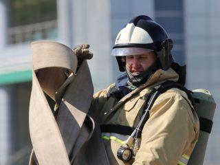 Приглашенная молодежь увидела, как пожарные, облаченные в тяжелую экипировку, справляются со сложными испытаниями на силу и выносливость