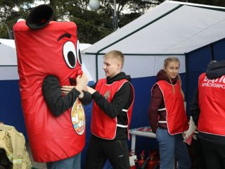 В парке организованы многочисленные обучающие и развлекательные площадки, викторина и конкурсы на знание основ пожарной безопасности