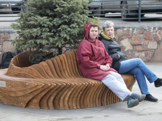 Современные лавочки уже называются уличными диванами из-за красоты и удобства