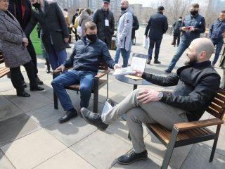 Мэр Сергей Еремин лично проверил удобство уличного кресла