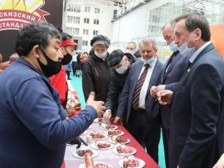 Министр сельского хозяйства и торговли Красноярского края Леонид Шорохов оценил прилавки ярмарки, ломящиеся от продуктов