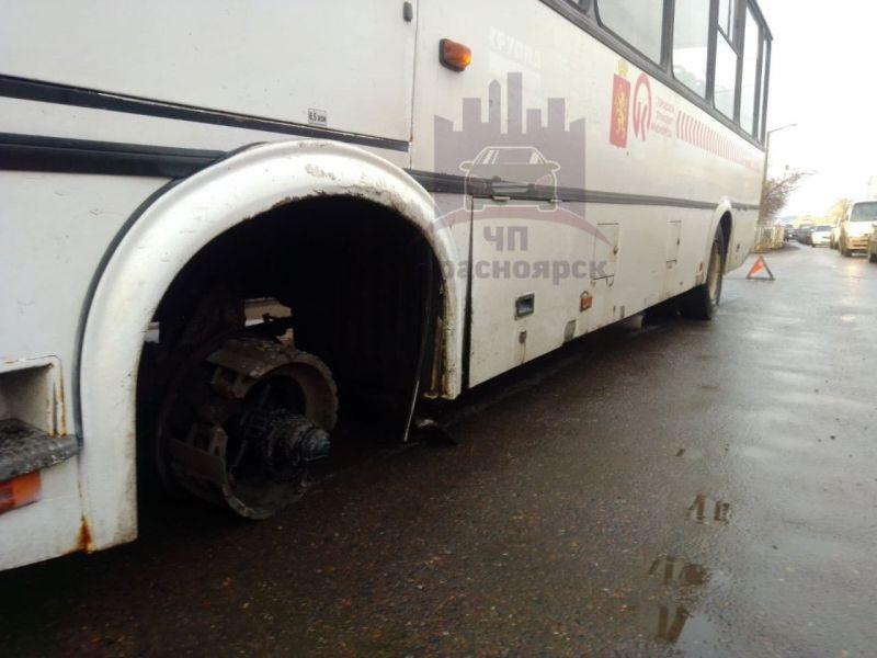 У красноярской маршрутки на ходу оторвалось колесо – пострадал проезжавший мимо седан