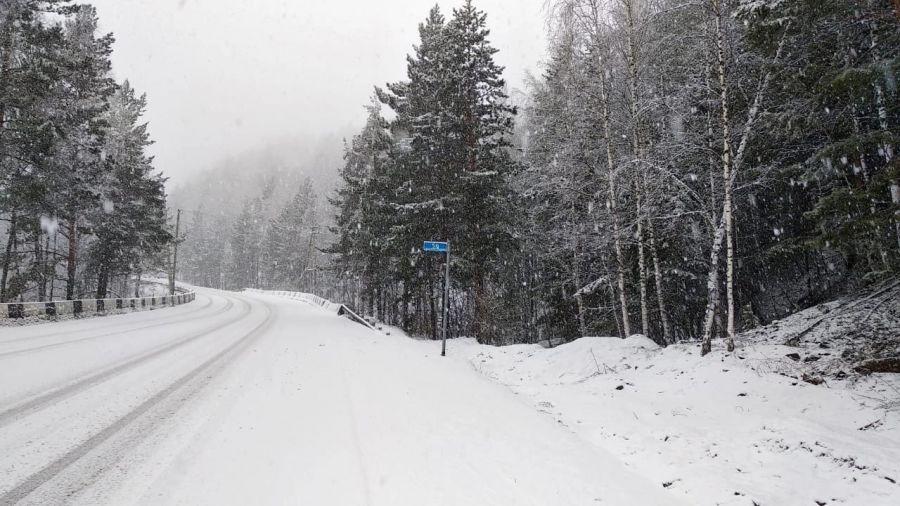 Загородные трассы под Красноярском завалило снегом