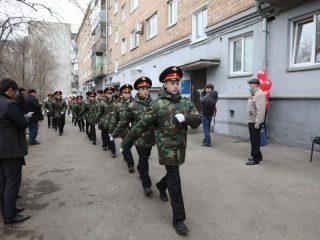 Под марш «Прощание Славянки» кадеты 4-ой роты прошли во дворах домов по улицам Ленина, 26 и Урицкого, 98