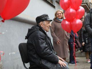 Ветеран Великой Отечественной войны Владимир Сидорович Федькин принимает поздравление от красноярских кадет
