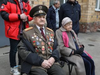 Ветеран Великой Отечественной войны Иван Михайлович Сенашов приветствует юных защитников Родины