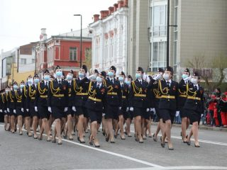 В праздничной колонне прошли курсанты красноярских вузов, парадные расчеты военных, полиции, МЧС, ФСИН, службы судебных приставов, кадет.