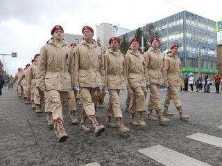 В шествии приняли участие юнармейцы и представители детских военно-исторических организаций.