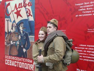 И все же на улицах города было много молодых, красивых лиц. Для молодежи День Победы - один из главных праздников.