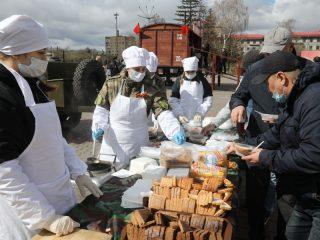 Горожане могли попробовать вкусную солдатскую кашу из полевой кухни