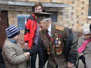 Зрителями мероприятия стали жители дворов, где проживают ветераны Великой Отечественной войны
